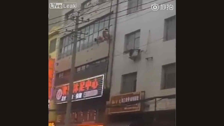 Hombre salta desnudo por la ventana tras ser sorprendido por el esposo de su amante