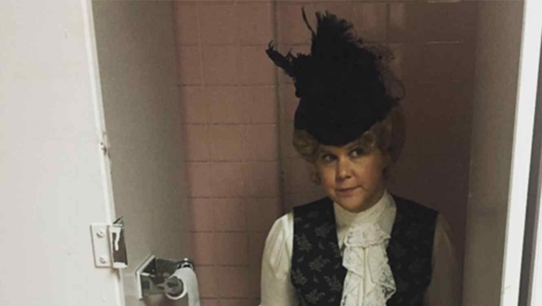 Amy Schumer publica una foto sentada en el inodoro