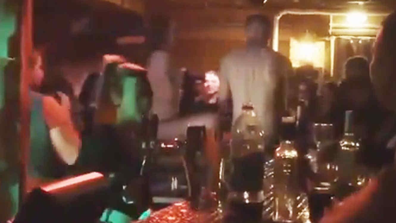 Pareja desnuda tiene seco en un bar