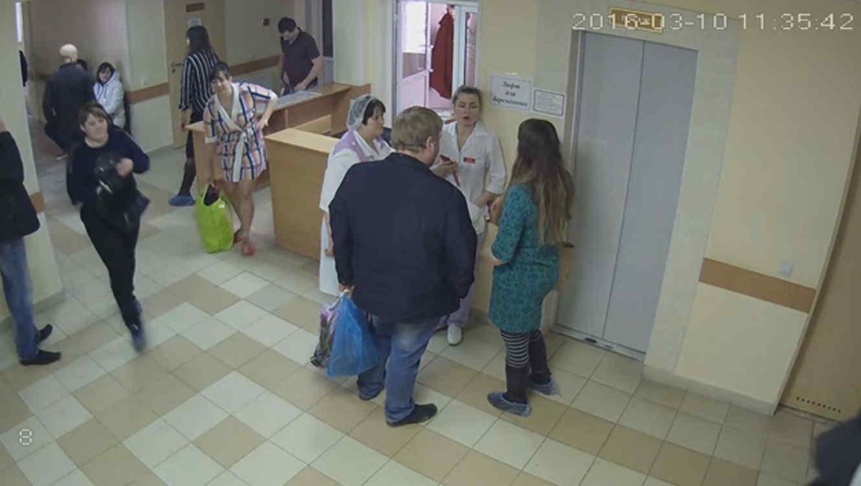 Cámara de seguridad capata el momento en que una mujer se roba un bebé de un hospital en Rusia