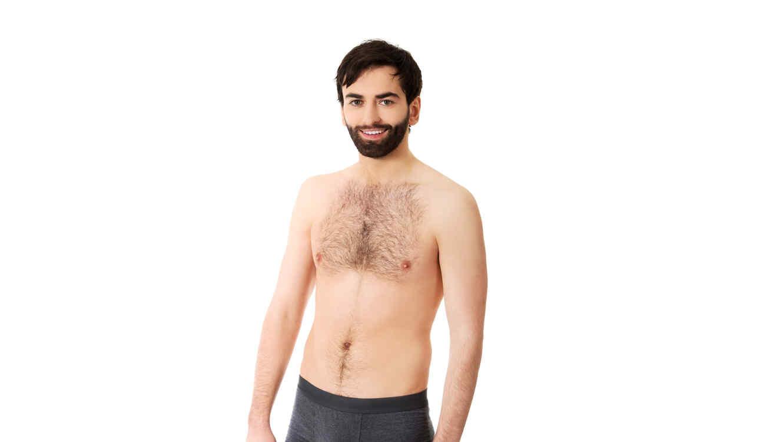 Hombre con barba modelando en ropa interior