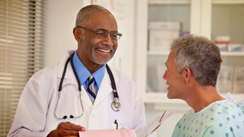 Doctora con paciente