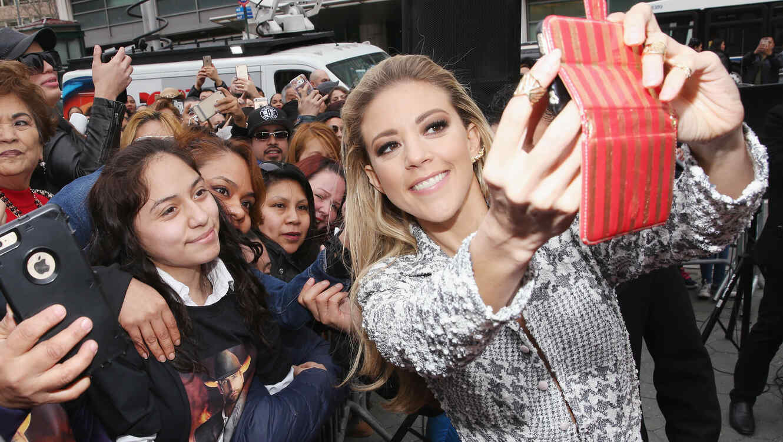 Fernanda Castillo se hace selfie con un grupo de fans
