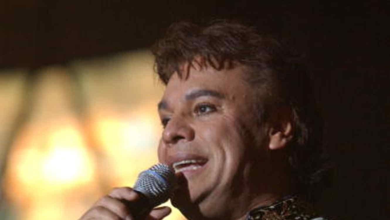 Juan Gabriel recibe 4 Premios Billboard, en el 2002