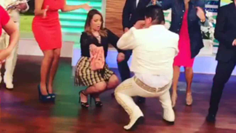 Adamari López perreando con un mariachi