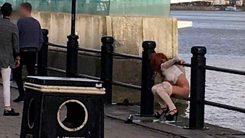 Mujer orina en plena calle en Inglaterra