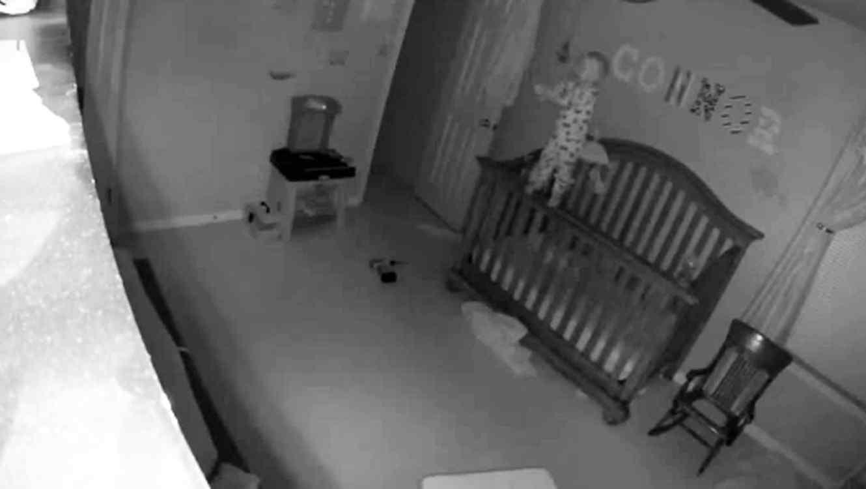 Video de niño que llora y se para al borde de su cuna