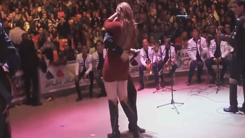 Hombre explota en pleno concierto cuando su esposa baila con el cantante