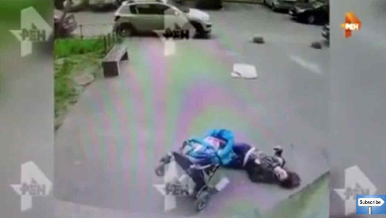 Bloque de cemento le cae a una mujer en Rusia y la deja inconsiente