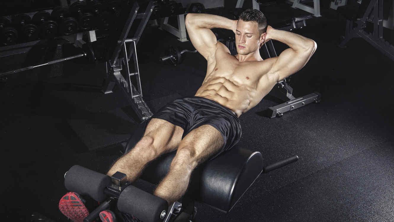 Hombre ejercitando abdominales en el gimnasio