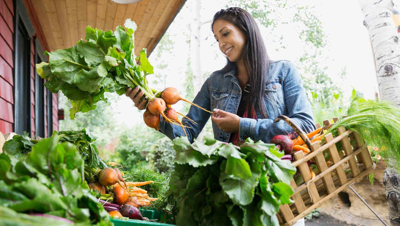 Mujer comprando rábanos en un farmers market