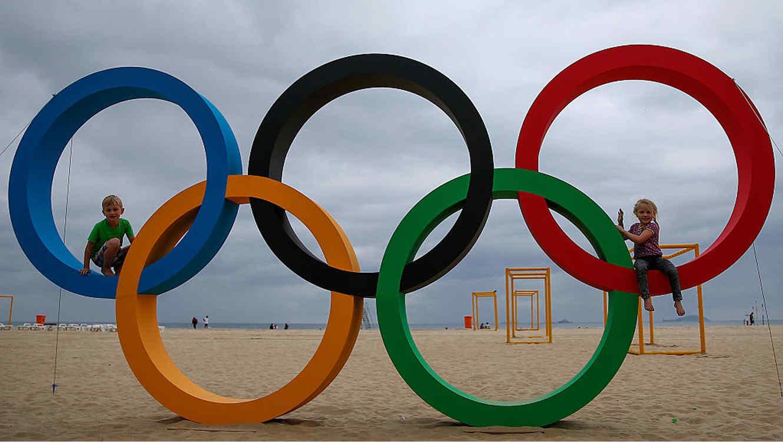 Niños sobre los anillos olímpicos de Río de Janeiro 2016