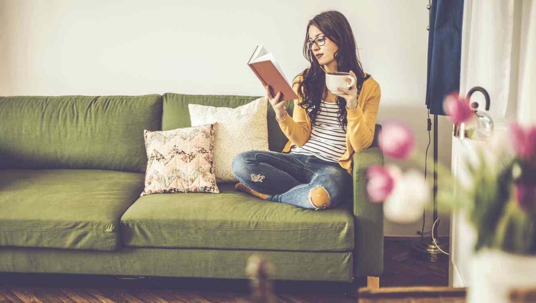 Resultado de imagen para mujer joven leyendo un libro