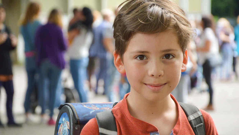 Niño en la puerta del colegio en su primer día de clases
