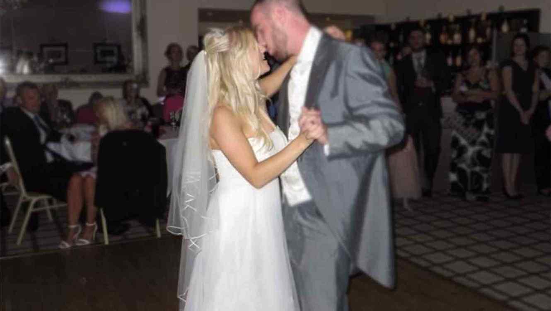 a20f64dd0 ... vende su vestido de novia para pagar el divorcio. Facebook  Twitter   Whatsapp  Email  Share. GUARDAR. Foto  Ebay. Samantha Wragg with her ex  husband