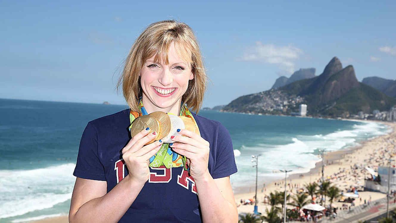 Natadora Katie Ledecky posando con sus medallas durante los Juegos Olímpicos de Río 2016