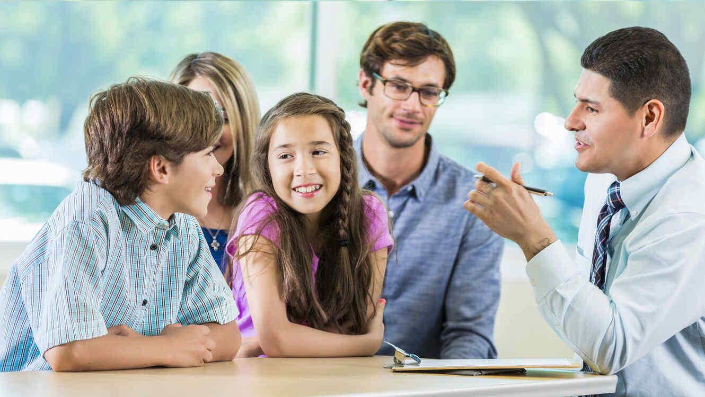 Maestro hispano reunido con una familia
