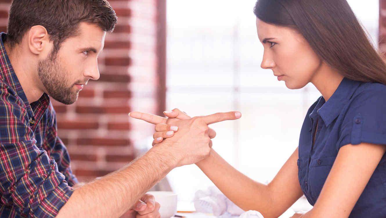 Mujeres Vs Hombres Quién Controla Los Gastos Del Hogar Telemundo