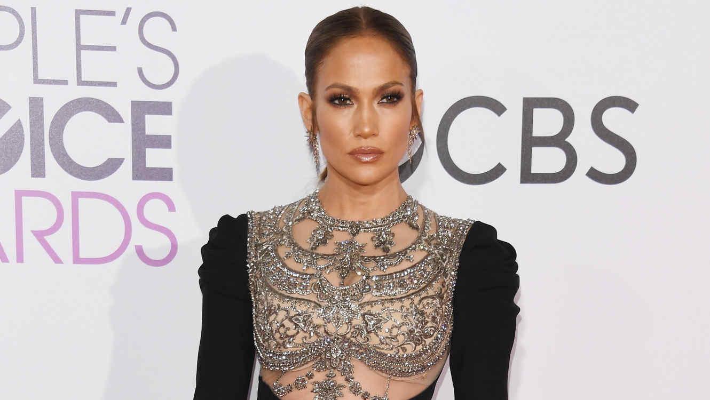 Jennifer Lopez en la alfombra de People's choice awards 2017