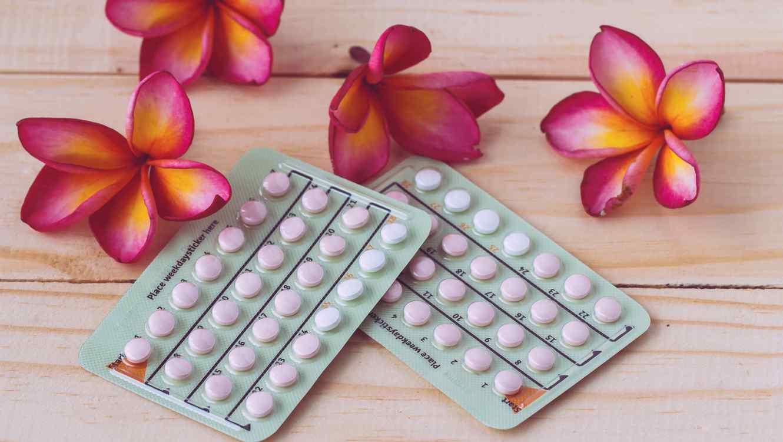 Pastillas anticonceptivas sobre superficie de madera