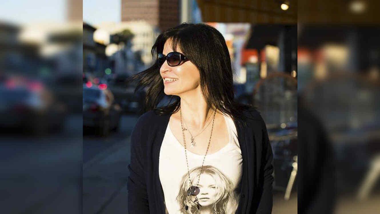 Dzana Homan mirando al costado con lentes de sol