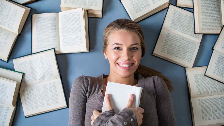 Chica joven rodeada de libros
