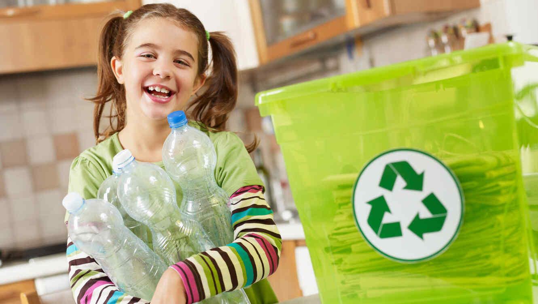 Niña reciclando botellas de plástico