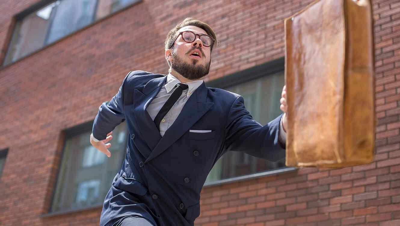 Hombre de negocios corre al trabajo