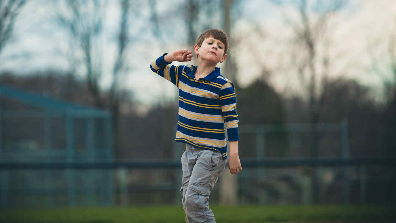 Niño con autismo caminando solo