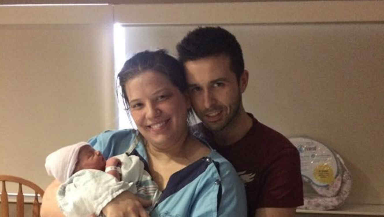 Matrimonio sosteniendo a su bebé en brazos