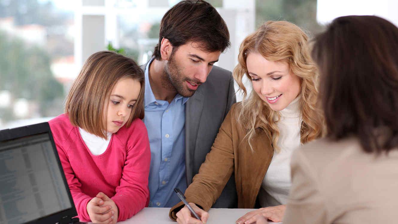 Pareja con hija en el banco