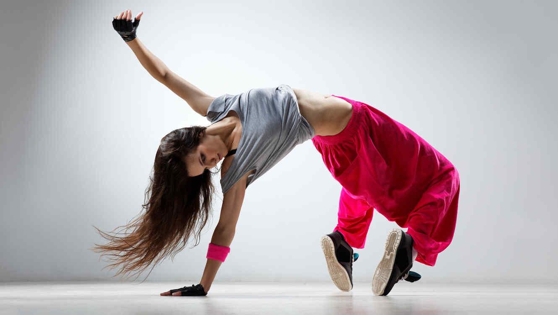 Mujer baila hip-hop