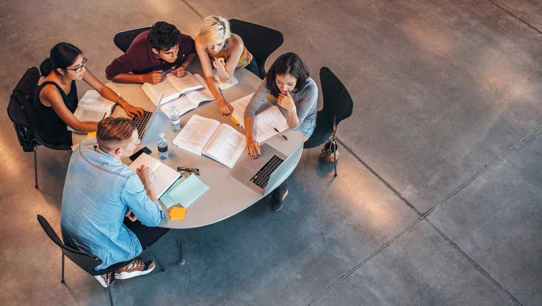 Grupo de estudiantes trabajando en una mesa
