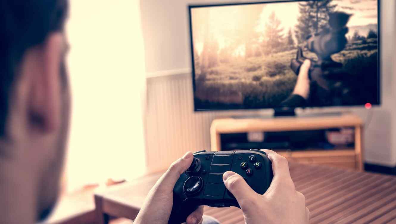 Hombre jugando videojuegos