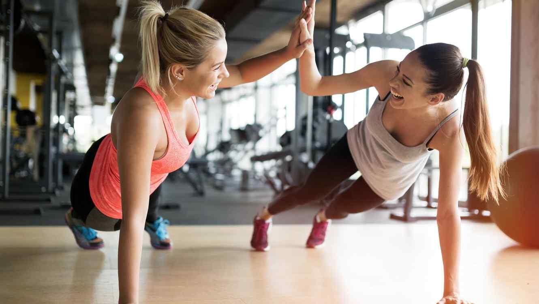 Dos mujeres haciendo ejercicio en el gimnasio