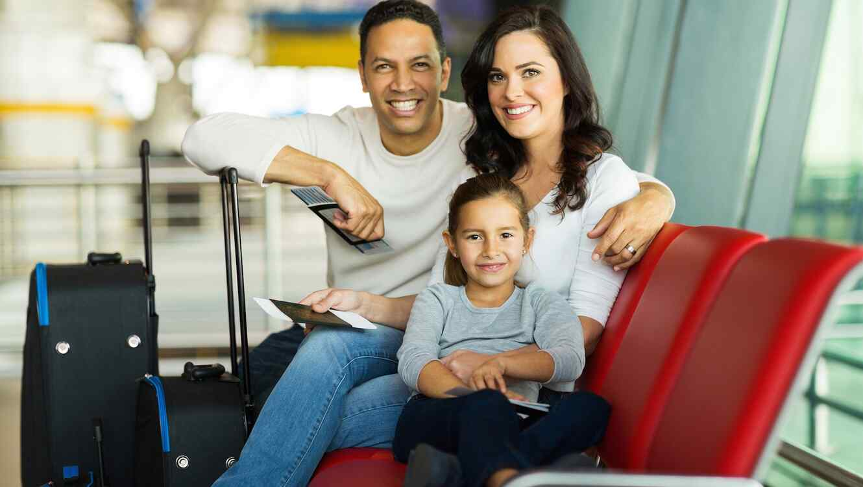 Padres e hija en el aeropuerto