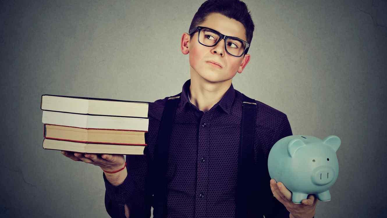 Joven sosteniendo libros y hucha