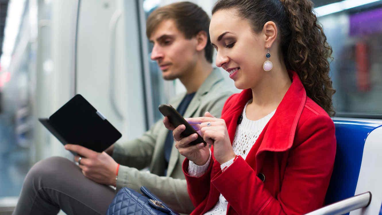 Jóvenes leyendo en dispositivos electrónicos