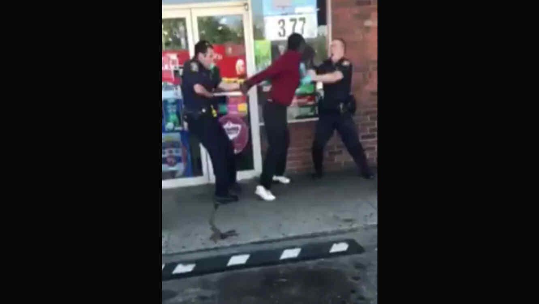 Ataca salvajemente a dos policías después de consumir una fuerte droga (VIDEO)