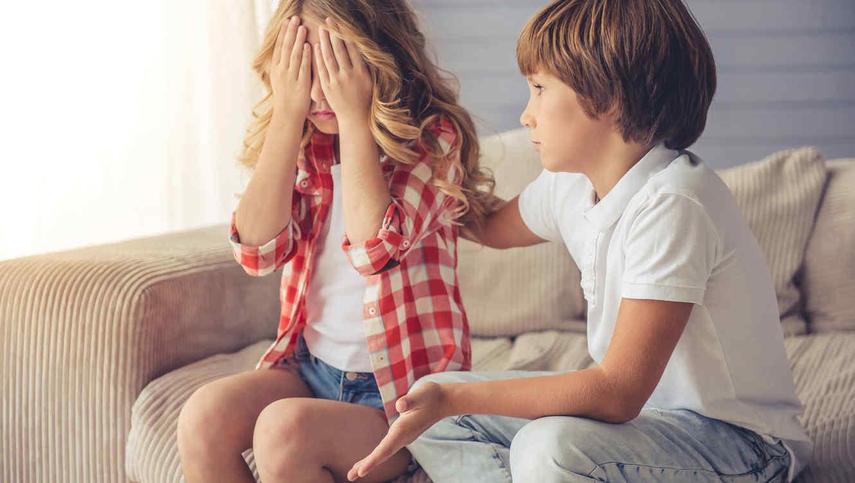 Niño disculpándose con una niña