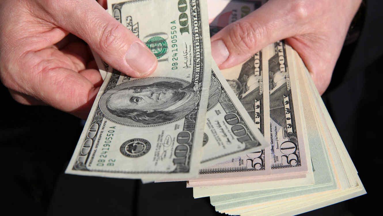 Hombre con billetes en las manos