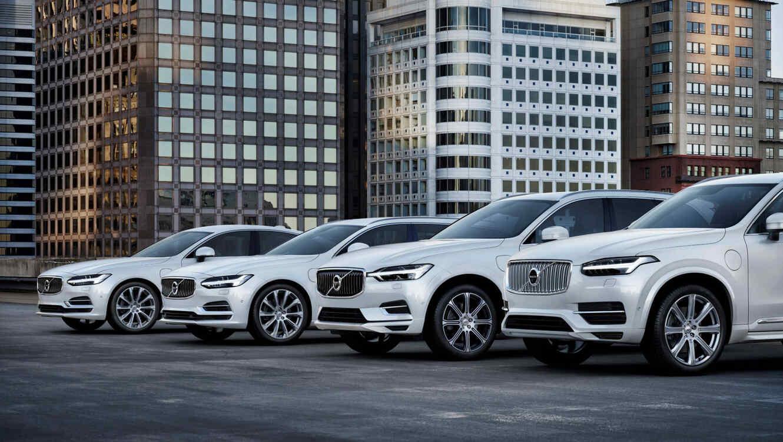 Coches Volvo estacionados frente a unos edificios