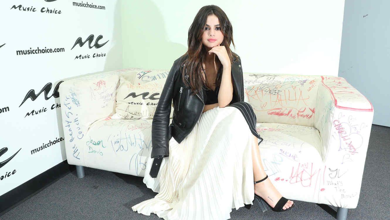 Selena Gomez sentada en un sofá