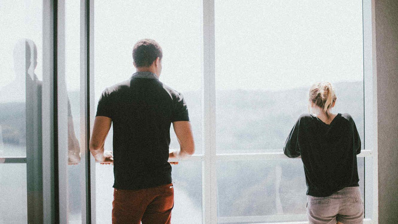 Hombre y mujer en un balcón
