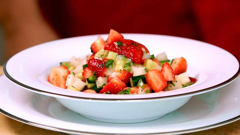 Ensalada de pepino, fresa y jícama