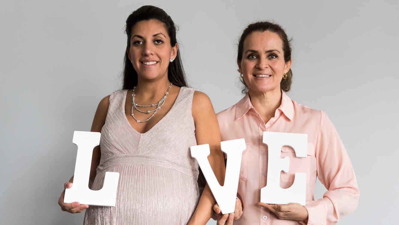 Mujer embarazada y otra mujer al lado