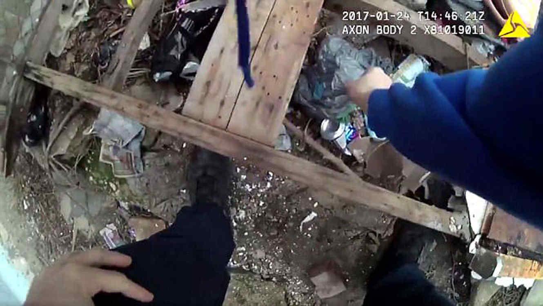 Captan el momento en que policías 'plantan' evidencia