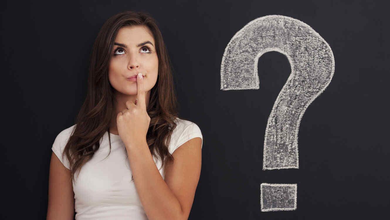 Mujer joven con un signo de pregunta