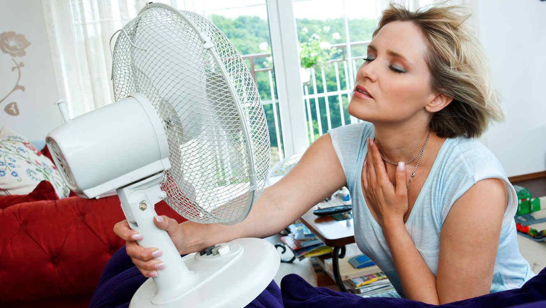 Mujer con ventilador en el rostro