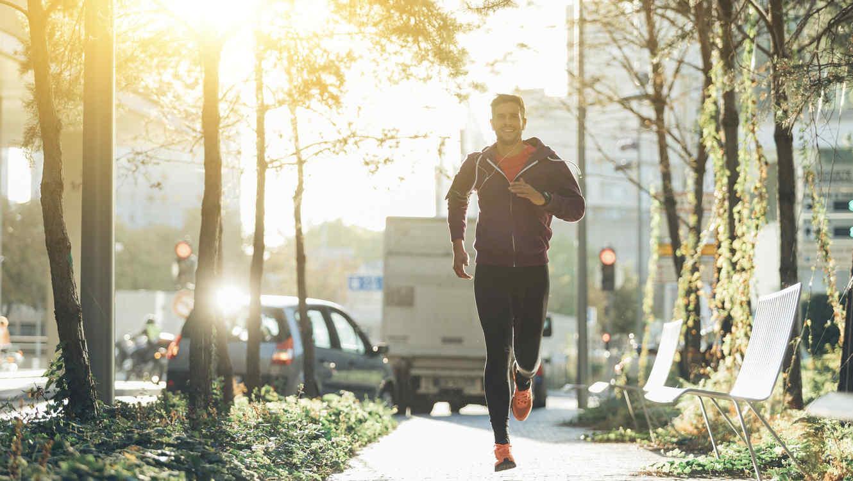 Hombre corriendo en la ciudad